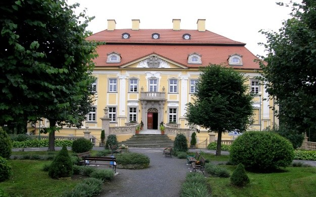 Pałac w Biedrzychowicach, widok od strony Wieży Woldecka po odrestaurowaniu przypomina o dawnej świetności. /Odkrywca