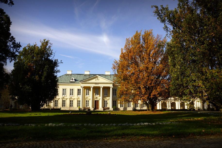 Pałac w Walewicach w jesiennej aurze /Michał Dukaczewski /RMF FM