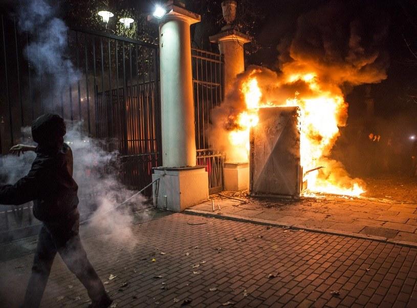 Paląca się budka na tylach Ambasady Federacji Rosyjskiej /Agencja FORUM