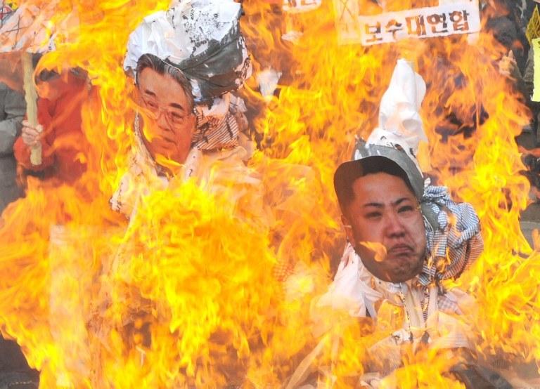 Palące się kukły z podobiznami członków rodu Kimów /AFP
