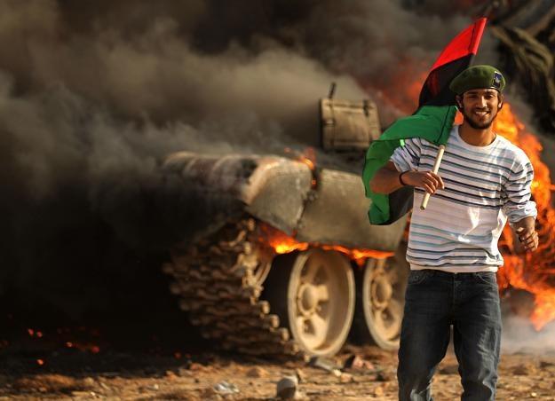 Palący się czołg wojsk Kadafiego po nalocie lotniczym /AFP