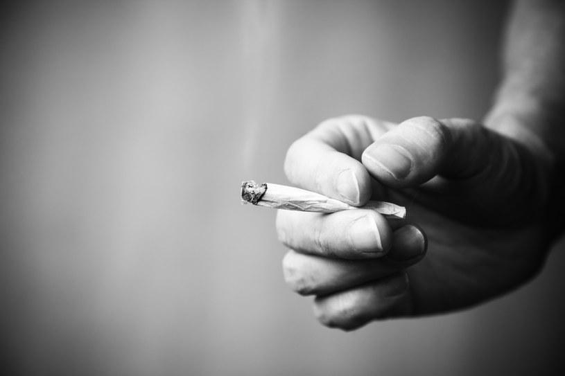 Palenie marihuany może wywołać nietypową chorobę /© Glowimages