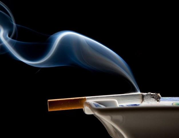Palenie papierosów może powodować liczne choroby oczu /©123RF/PICSEL