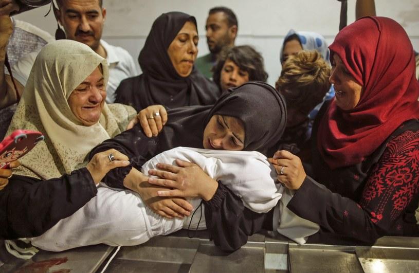 Palestynki opłakują dziecko, które zginęło od gazu łzawiącego /AFP PHOTO /East News