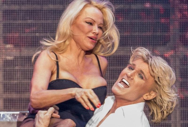 Pamela Anderson podczas show /East News