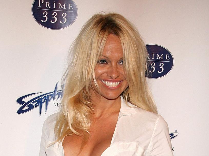 Pamela Anderson zdecydowanie przesadza z opalaniem  /Getty Images/Flash Press Media