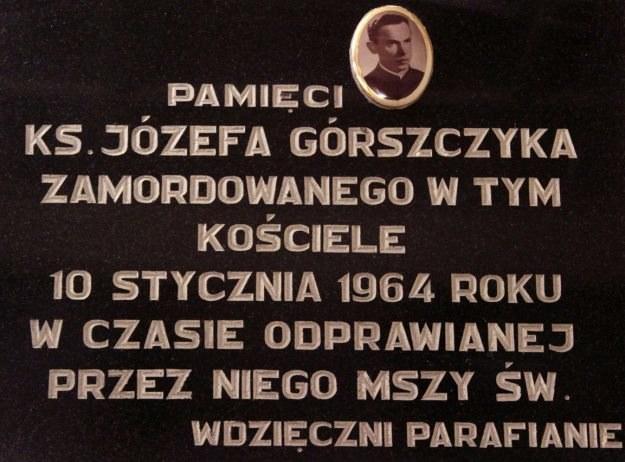 Pamiątkowa tablica w kościele pw. św. Piotra i Pawła w Jeleniej Górze-Maciejowej. /Odkrywca
