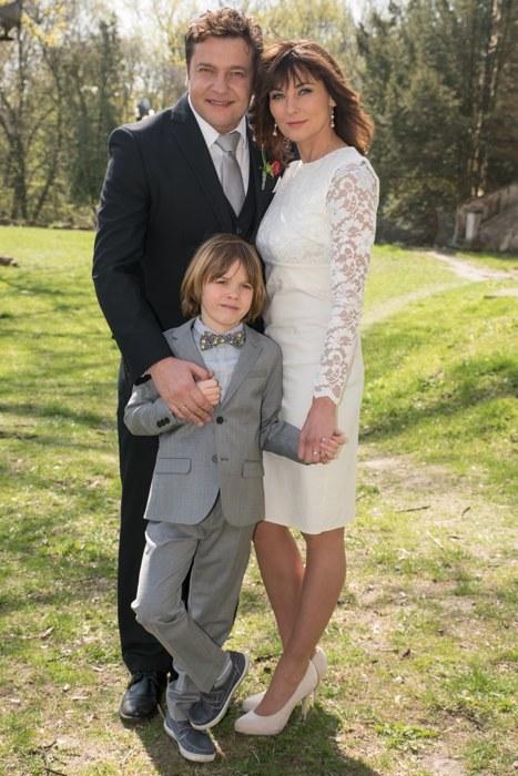 Pamiątkowe zdjęcie nowożeńców wraz z synkiem Ignasiem /Agencja W. Impact