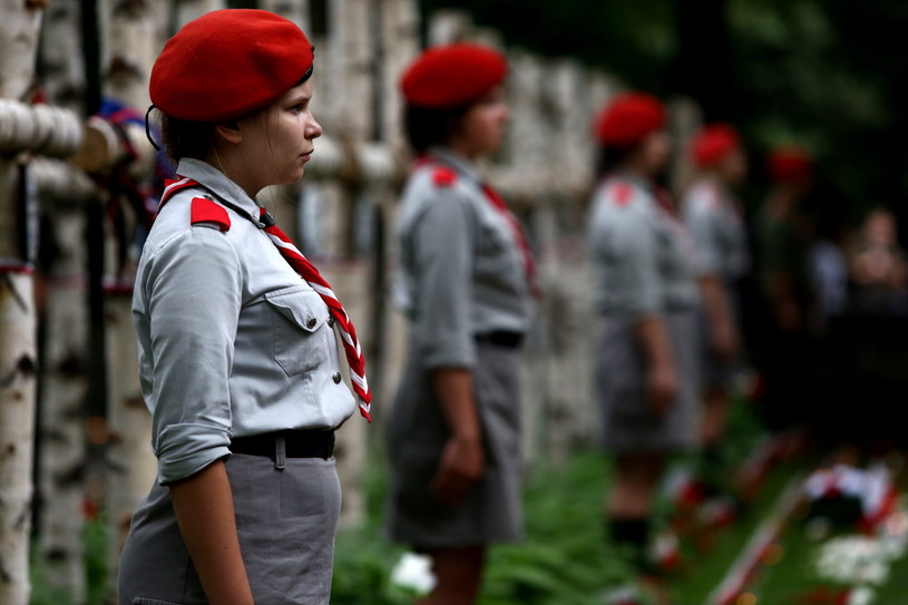 Pamięć powstańców uczcili warszawiacy przybyli na główne uroczystości przy pomniku Gloria Victis na Cmentarzu Wojskowym na Powązkach /Tomasz Gzell /PAP