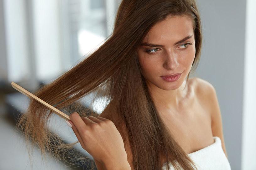 Pamiętaj, by od czasu do czasu wyczyścić szczotkę do włosów /©123RF/PICSEL