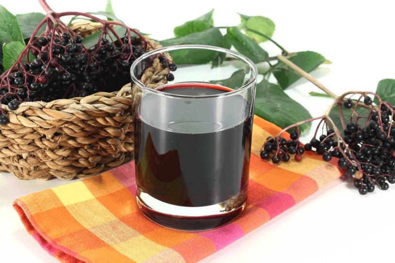 Pamiętaj! Nie jedz surowych owoców czarnego bzu, bo zawiera toksyczny składnik. Podczas gotowania i suszenia ulega on rozkładowi. /123RF/PICSEL