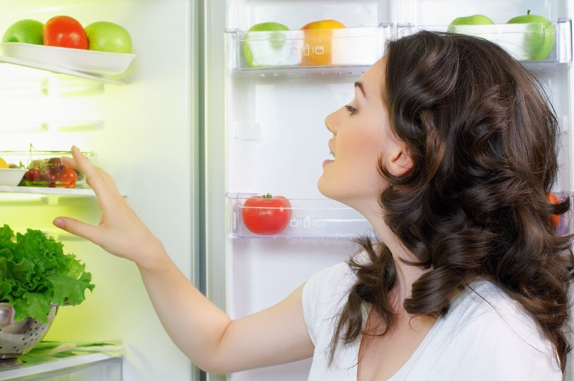 Pamiętaj o regularnych porządkach w lodówce /©123RF/PICSEL