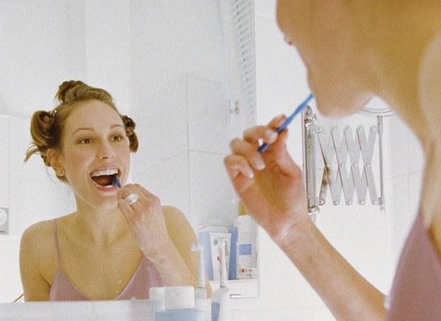 Pamiętaj o stosowaniu płyów przeciwbakteryjnych i nici dentystycznej
