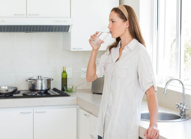 Pamiętaj o wypijaniu odpowiedniej ilości wody /©123RF/PICSEL
