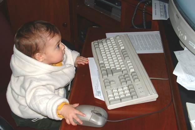 Pamiętajmy, że dziecko musi mieć odpowiedni wiek do komputera   fot. Carlos Gustavo Curado /stock.xchng