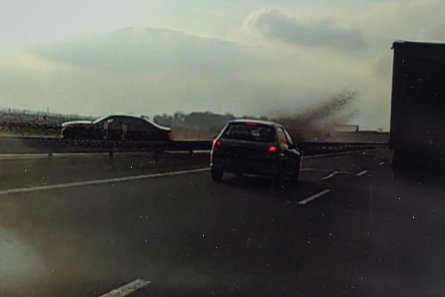 Pan Mirosław nagrał kamerą samochodową moment wypadku samochodu którym podróżował, 4 bm. prezydent Andrzej Duda. W czasie piątkowego przejazdu prezydenckiej kolumny autostradą A4 w okolicach Lewina Brzeskiego w samochodzie prezydenta uszkodzeniu uległa opona. /AUTOR REPRODUKCJI MACIEJ KULCZYŃSKI /PAP