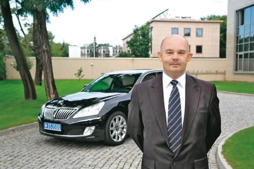 """Pan Ryszard od dwóch lat jeździ Equusem, wożąc ambasadora Korei Południowej. """"Samochód jest niezwykle komfortowy, a przez 2 lata nie zdarzyła się żadna usterka. Zaletą jest możliwość bardzo łagodnego hamowania, podczas gdy w Mercedesie klasy S hamulec działa bardziej skokowo. Equus zużywa ok. 16-18 l/100 km w mieście"""" – mówi pan Ryszard. /Motor"""
