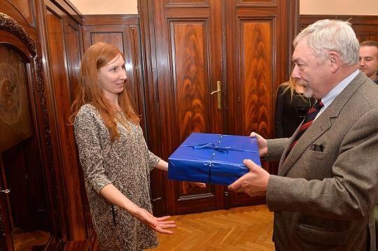 Pani Aleksandra otrzymała dziś od prezydenta Jacka Majchrowskiego nie tylko podziękowania, ale i symboliczny upominek /Wiesław Majka, krakow.pl  /