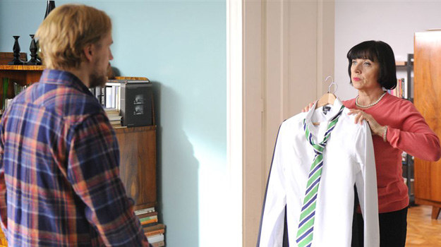 Pani Irenka okaże się osobą, która potrafi rozwiązać każdy problem. Podejdzie do szafy, otworzy ją i bez słowa wyjmie elegancki garnitur, szykowną koszulę i pasujący do całości krawat. /Agencja W. Impact