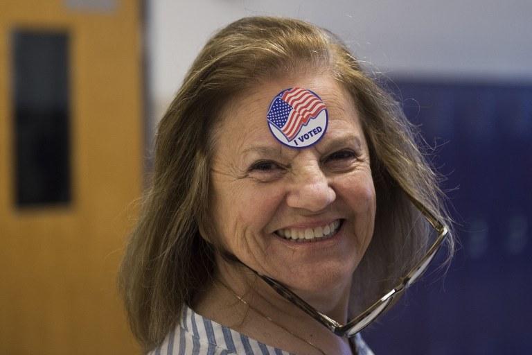 Pani w jednym z lokali wyborczych /AFP