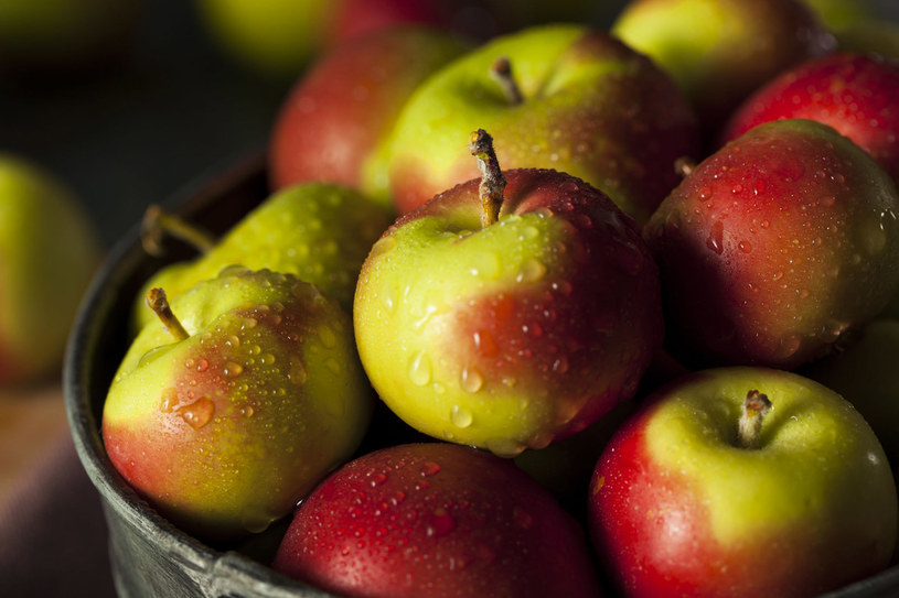 Panie o sylwetce jabłka mogą jeść te owoce, jednak tylko niesłodkie. Przejrzałe /©123RF/PICSEL