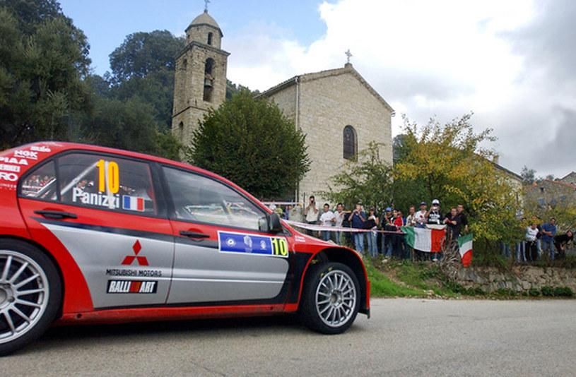Panizzi  w  Mitsubishi Lancer WRC podczas Rajdu Korsyki w 2005 roku /AFP