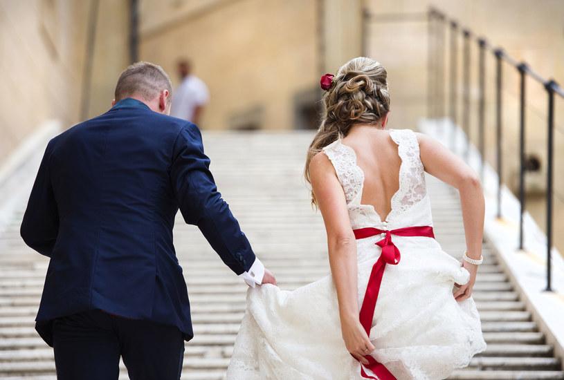 Panna młoda powinna okazać gościom szacunek swoim strojem, a ślub to przede wszystkim hołd tradycji /123RF/PICSEL