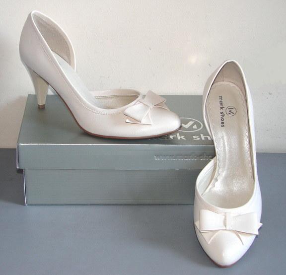 Panny młode zwykle mają problem z wyborem butów na ślub /Fasson/ MarkShoes /abcslubu.pl