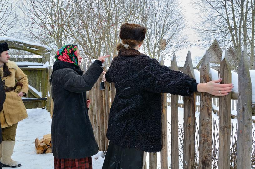 Panny nasłuchiwały, z której strony zaszczeka pies /Zdj. ilustracyjne /123RF/PICSEL