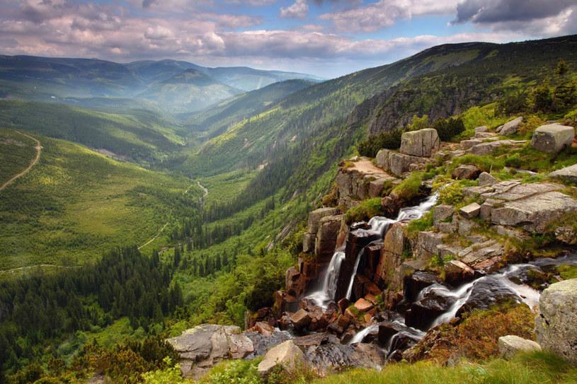 Panorama rozciągająca się na wzniesienia czeskich Karkonoszy dosłownie zapiera dech w piersiach /123RF/PICSEL
