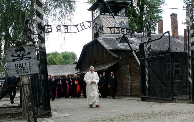 Papież Benedykt XVI przechodzi przez bramę niemieckiego obozu Auschwitz, 28 maja 2006 r. /AFP