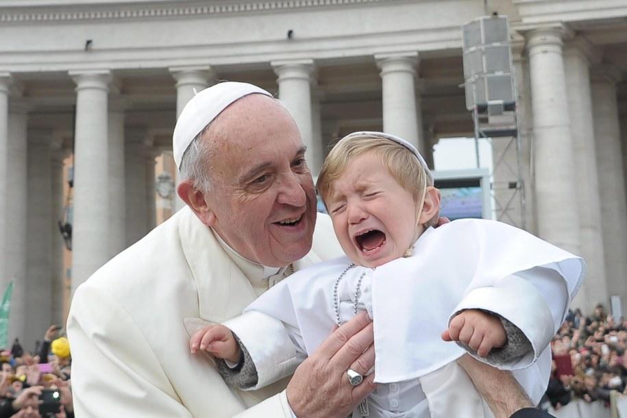 Papież błogosławi dziecko w papieskich szatach /ANSA/OSSERVATORE ROMANO /PAP/EPA