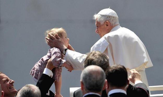 Papież błogosławi dziecko /AFP