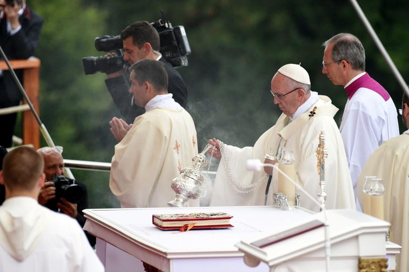 Papież Franciszek (C) uczestniczy w mszy św. odprawionej /Paweł Supernak /PAP