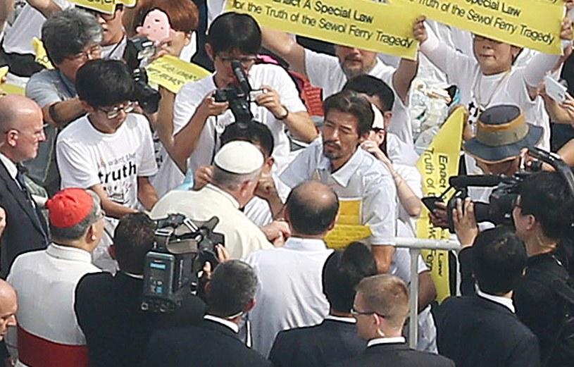 Papież Franciszek i ojciec, który w katastrofie promu stracił córkę /AFP