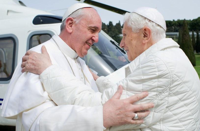 Papież Franciszek i papież emeryt Benedykt XVI /OSSERVATORE ROMANO  /AFP