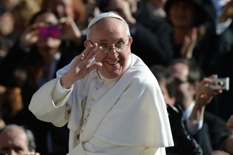 Papież Franciszek lubi zaskakiwać i słynie z poczucia humoru. /FILIPPO MONTEFORTE /AFP