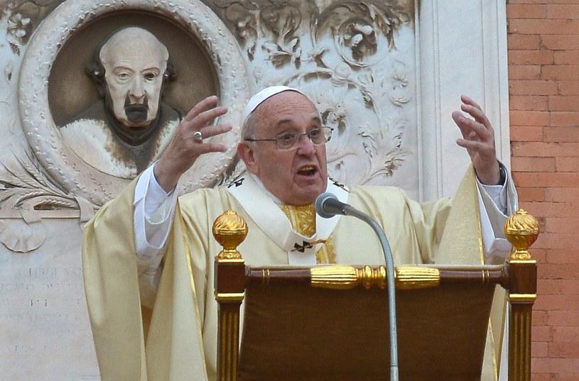 Papież Franciszek na cmentarzu Verano w Rzymie /AFP