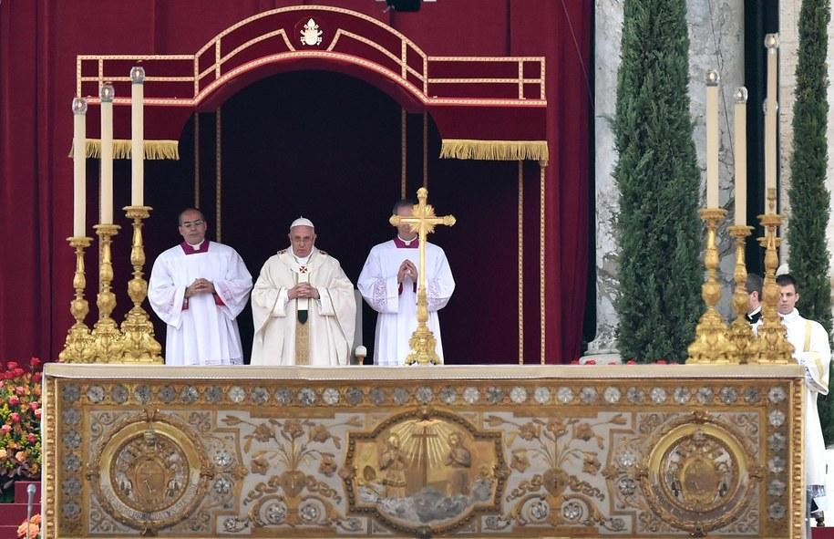Papież Franciszek ogłosił świętymi Jana Pawła II oraz Jana XXIII /ETTORE FERRARI /PAP/EPA