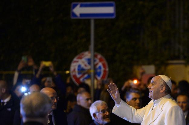 Papież Franciszek opuszcza kościół w dzielnicy Pietralata fot. Filippo Monteforte /AFP