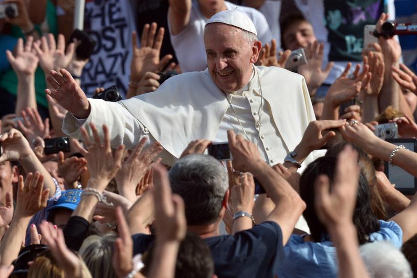 Papież Franciszek podczas objazdu placu św. Piotra /AFP