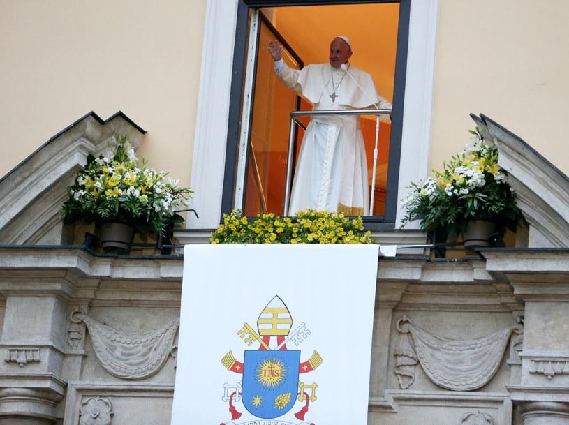 Papież Franciszek pozdrawia z okna papieskiego wiernych zebranych na placu przed Domem Arcybiskupów przy ul. Franciszkańskiej /Grzegorz Momot /PAP