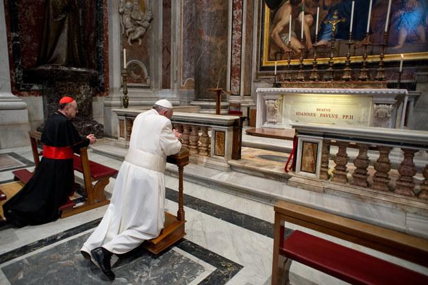 Papież Franciszek przy grobie Jana Pawła II /AFP
