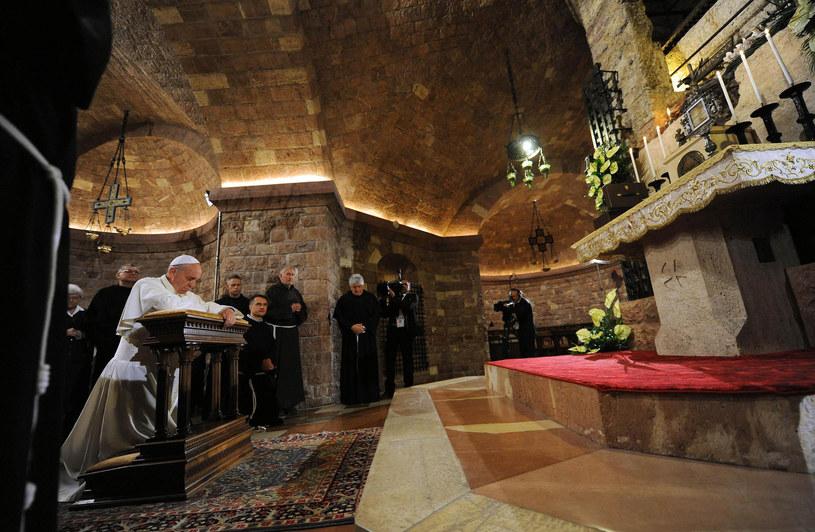 Papież Franciszek przy grobie św. Franciszka /AFP