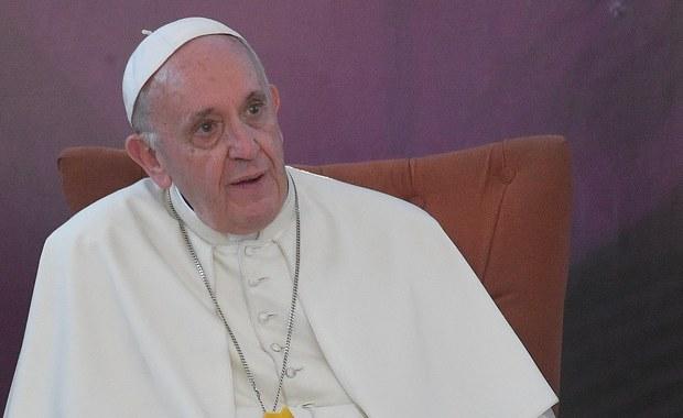 """Papież Franciszek spotkał się ofiarami księży pedofilów. """"Płakał z nimi"""""""