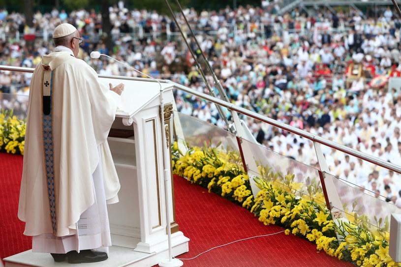 Papież Franciszek uczestniczy w mszy św. /Leszek Szymański /PAP