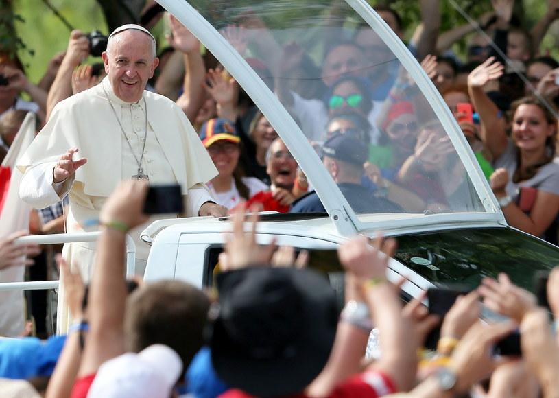 Papież Franciszek w papamobile wśród wiernych zgromadzonych na terenie Campusu Misericordiae w Brzegach /Paweł Supernak /PAP