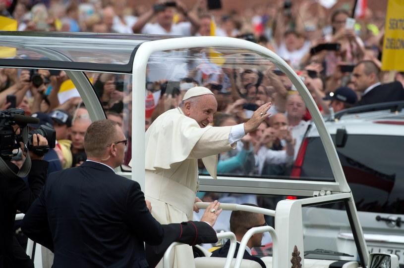 Papież Franciszek w papamobile /Grzegorz Michałowski /PAP