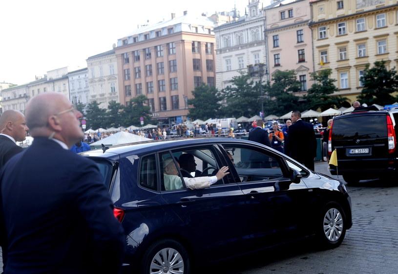 Papież Franciszek (w samochodzie) na Rynku Głównym w Krakowie /Andrzej Grygiel /PAP