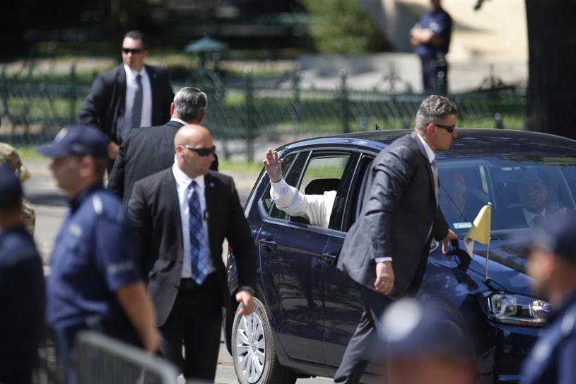 Papież Franciszek (w samochodzie) przyjechał do Pałacu Arcybiskupów Krakowskich na ul. Franciszkańskiej w Krakowie /Andrzej Grygiel /PAP